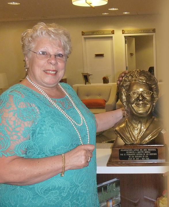 Marytte Morelli con su escultura