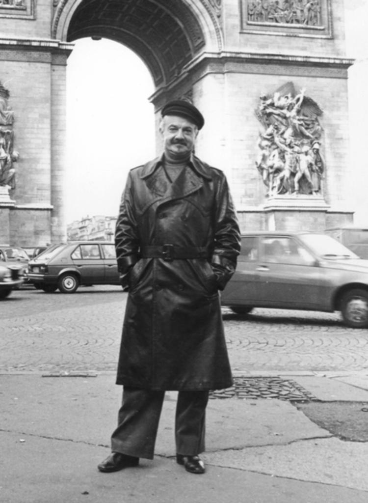 Astor Piazzolla en el Arco del Triunfo de París