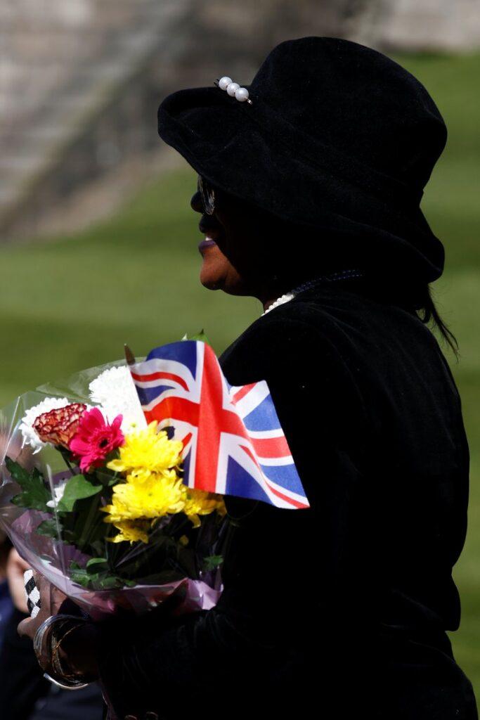 Algunas personas se acercaron para rendirle tributo al príncipe Felipe en las inmediaciones de castillo de Windsor, con flores y banderas británicas