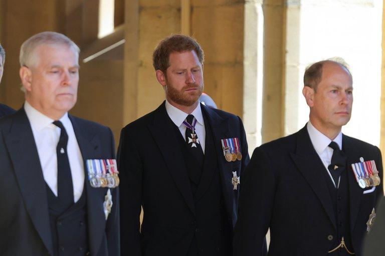 El príncipe Andrés, quien junto con el príncipe Harry fue el único miembro de la realeza en el funeral que estuvo en servicio activo