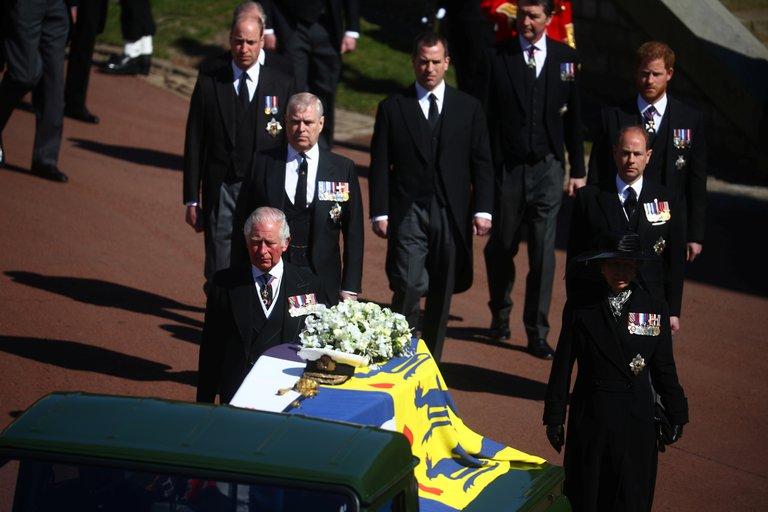 El príncipe Carlos junto a sus hermanos, los príncipes Andrés, Ana y Eduardo, y sus hijos, los príncipes William y Harry