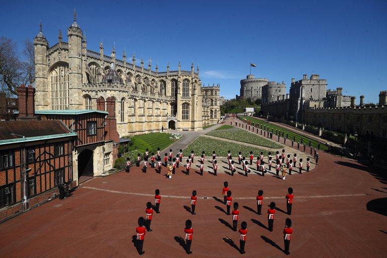 En las afueras del castillo, la guardia acompaña el discreto funeral del príncipe Felipe