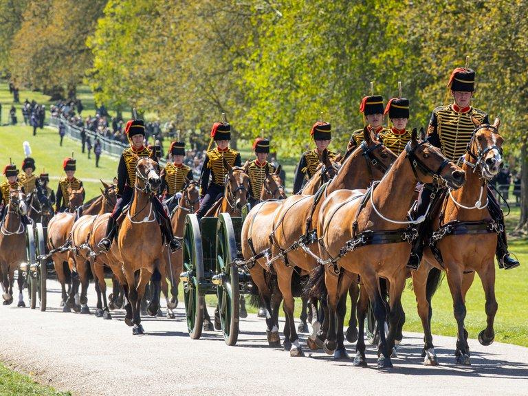 La King's Troop Royal Horse Artillery llega al Castillo de Windsor Castle, fueron los encargados del Saludo de Armas en las afueras del palacio