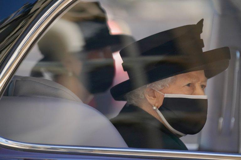 La Reina Isabel llega al funeral de su esposo durante 73 años, el príncipe Felipe, Duque de Edimburgo