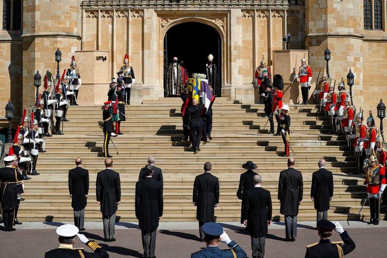 La llegada del cortejo fúnebre a la capilla de San Jorge, donde se llevó a cabo el servicio religioso para despedir al príncipe Felipe