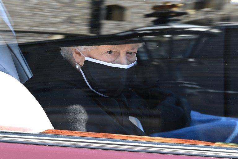 La reina Isabel II rumbo a darle el último adiós a su marido Felipe, duque de Edimburgo