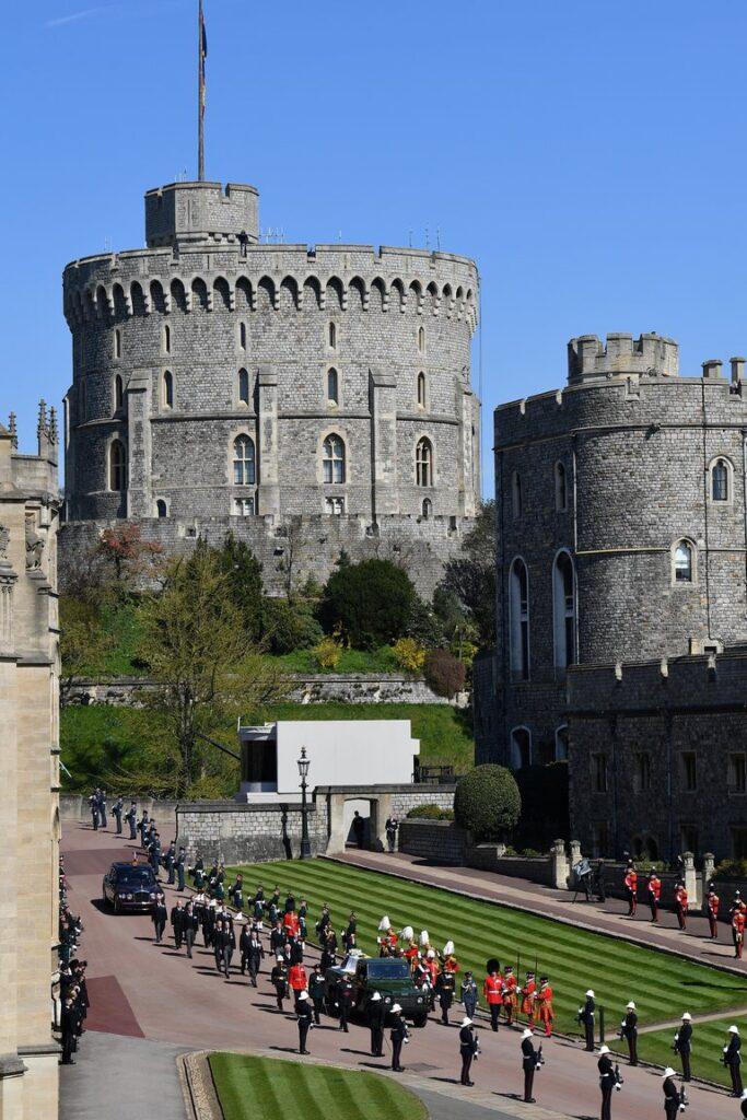 Todos los hijos de la Reina y el Duque de Cambridge llevaban la Garter Star, que representa la Orden de Garter, que es la orden de caballería más alta en el sistema de honores británico