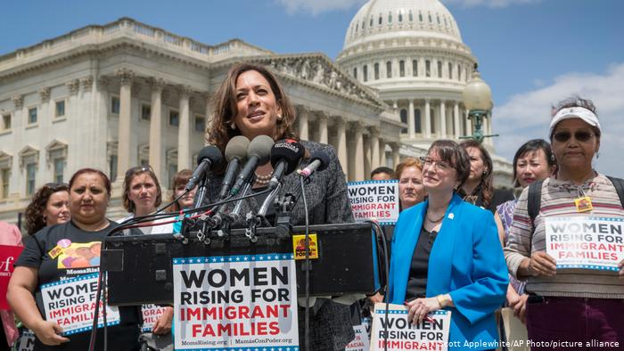 Las mujeres se lanvantan por las familias inmigrantes