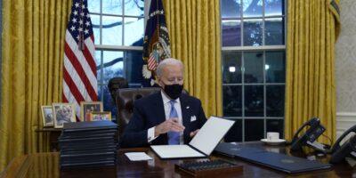 Joe Biden firma sus decretos en la Oficina Oval de la Casa Blanca